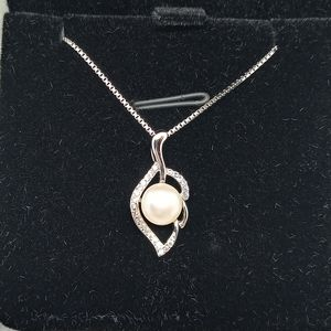 Sterling Silver Necklace with a Freshwater Pearl